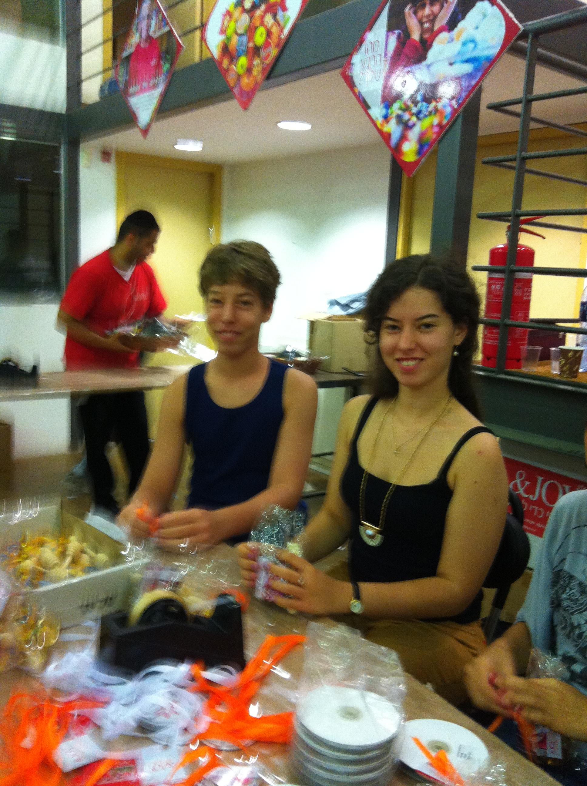 בני מצווה של בבת עין מתנדבים בסטודיו &Joy
